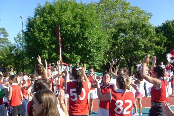 Festejaron, como aquella vez en 2008 cuando ascendieron a la B (Foto: Archivo Italiano)