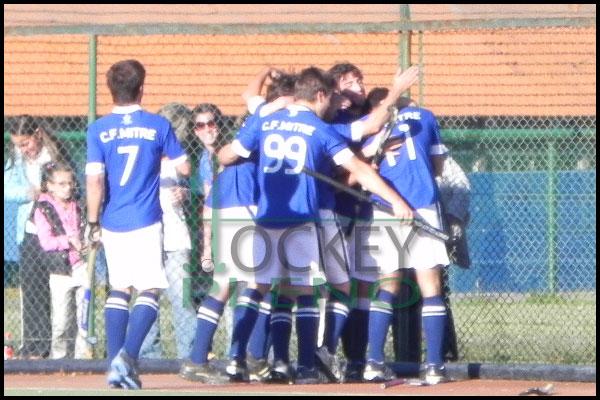 Festejo de gol. Mitre lidera el Metropolitano (Foto: Hockey Pleno)