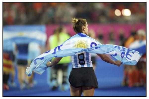 Aymar envuelta en la bandera argentina (Foto: Grant Treeby/FIH)
