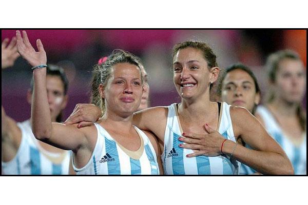 Dos generaciones. Lucha Aymar y Delfina Merino con un sabor agridulce: tristeza por la derrota y alegría por la medalla