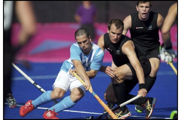 Santiago Montelli pelea la bocha. Argentina finalizó en décimo lugar. (Foto: Frank Uijlenbroek/FIH)